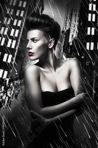 piekna-kobieta-z-czerwonymi-ustami-w-deszczowe-miasto