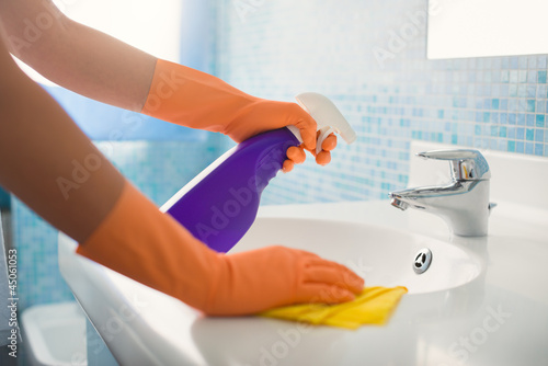 Fotografía  woman doing chores cleaning bathroom at home