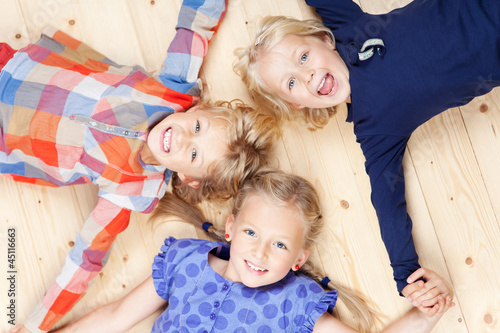 Foto  Drei mädchen halten zusammen