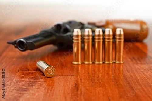 Carta da parati Gun and bullet cartriges