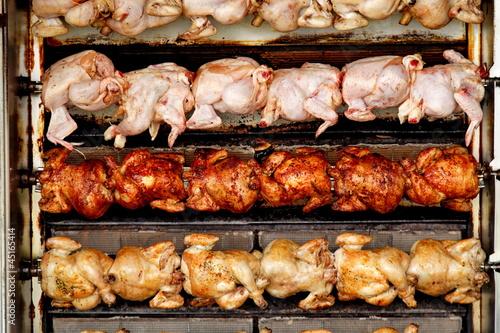 Fényképezés poulets rotis en train de cuire au marché