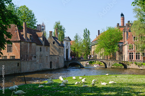 In de dag Brugge Canal and the Beguinage in Bruges, Belgium