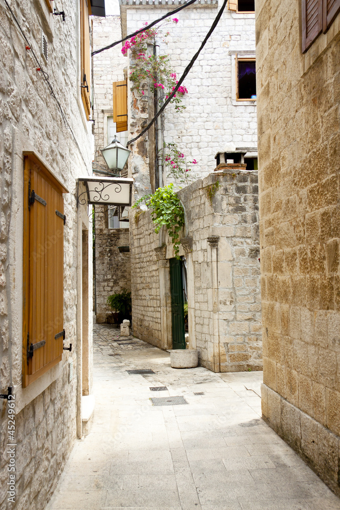Widok na wąską uliczkę - Trogir, Chorwacja.