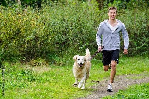 Foto  Student joggt mit hund