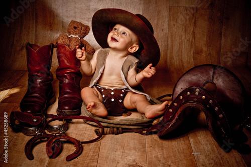 Fotografía bébé souriant en habit de cow-boy