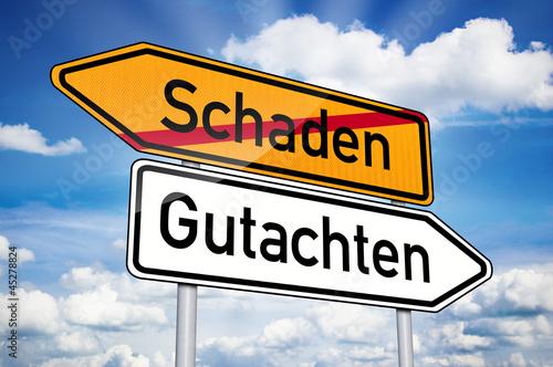 Fotografía  Wegweiser mit Schaden und Gutachten