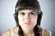 Piękna kobieta w czarnej czapce ze zmarszczonym nosem