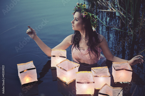 Plissee mit Motiv - Young woman with lanterns