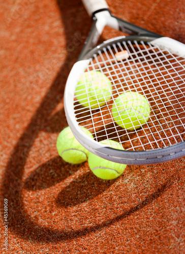 zamyka-up-tenisowy-kant-i-pilki-na-glinianym-tenisowym-sadzie