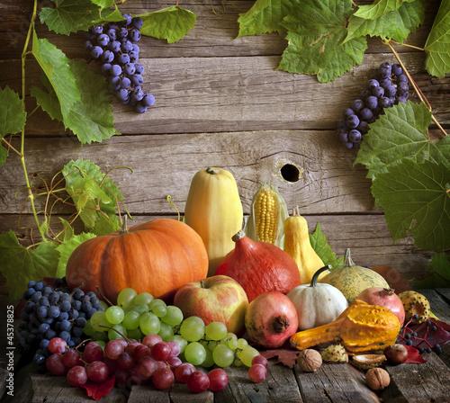 warzywa-i-owoce-na-drewnianym-tle
