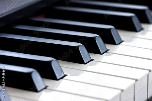 czarno-biale-klawisze-fortepianu