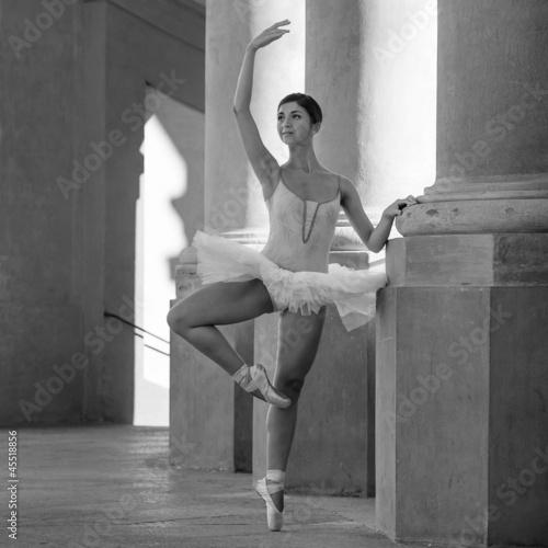 mlody-piekny-balerina-taniec-przed-st-luca-kosciol