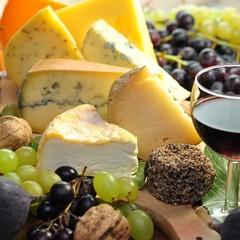 Fototapeta Do gastronomi Käse mit Trauben und Feigen