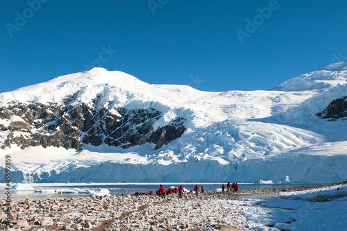 Stickers pour portes Antarctique Red jacket expedition exploring Antarctica