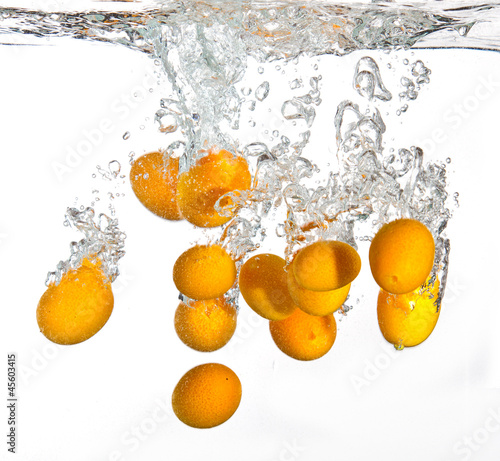 Poster Eclaboussures d eau Small oranges falling into water