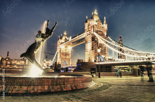 Poster London Scenic night view of Tower Bridge in all its magnificence - Lond