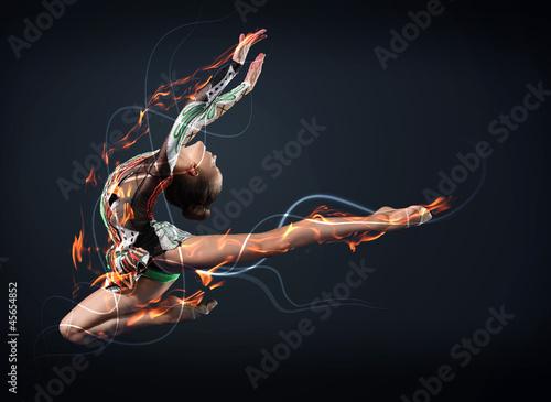 obraz lub plakat Młoda kobieta w garnitur gimnastyczka stwarzających