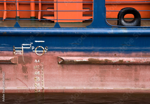 Fotografía  Cargo ship hull texture with red waterline