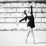 Młoda piękna balerina tańcząca na brzegu rzeki Tevere w Rzymie - 45669665