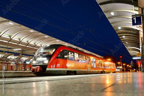 Fotografie, Obraz  Nahverkehrszug am Bahnhof Kaiserslautern bei Nacht