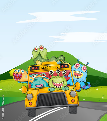 Tuinposter Schepselen monsters in schoolbus