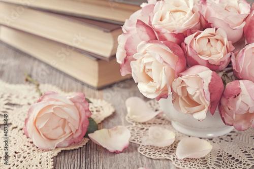 Foto-Tapete - Pink roses and old books (von Elena Schweitzer)