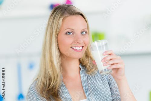 Fotografie, Obraz  junge frau hat ein glas milch in der hand
