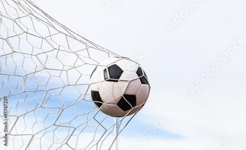 piłka nożna w siatce bramkowej