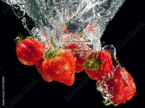 Spoed Foto op Canvas Opspattend water Stawberry on black splashing!