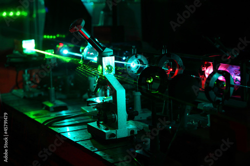 Movement of microparticles by beams of laser in dark lab Fototapet