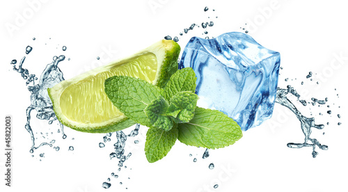 Foto op Canvas Opspattend water Ice cubes, mint leaves, water splash and lime on a white