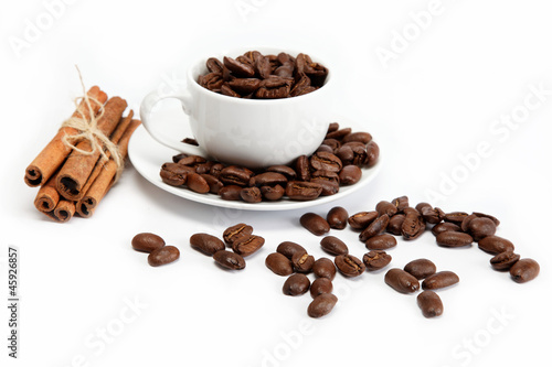 Poster Café en grains cup with coffee beans isolated on white background.