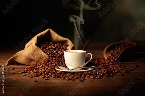 Poster Koffiebonen tazzina di caffè fumante