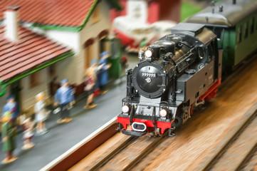 ekspresni parni vlak koji juri kroz stanicu