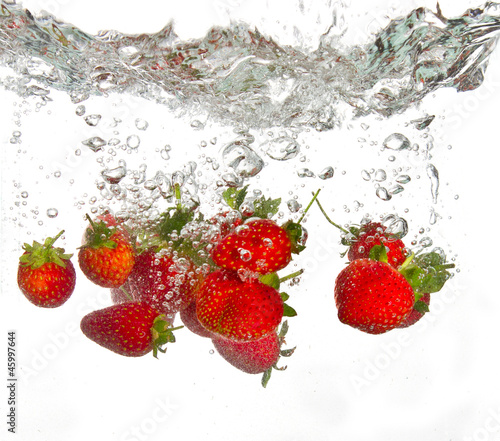 Spoed Foto op Canvas Opspattend water Strawberries falling into water
