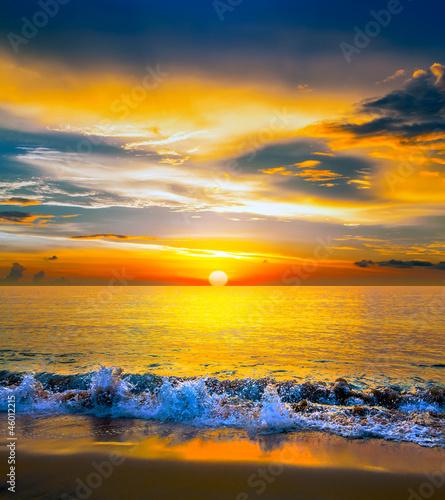 piekny-pomaranczowy-zachod-slonca-nad-spokojnym-morzem