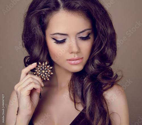 piekna-kobieta-z-kreconymi-wlosami-i-wieczorowy-makijaz-bizuteria-i