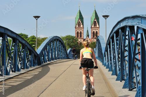 Valokuva  Brücke in Freiburg mit Radlerin