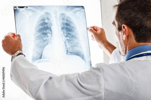 Fotografie, Obraz  Lékař zkoumá rentgen
