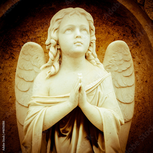 figurka-modlacego-sie-aniola