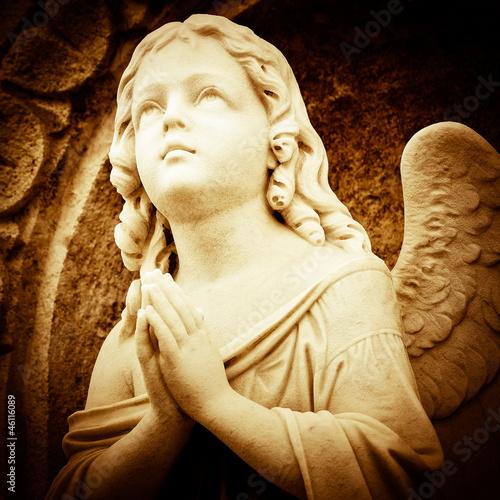 modlacy-sie-aniol-w-odcieniach-sepii