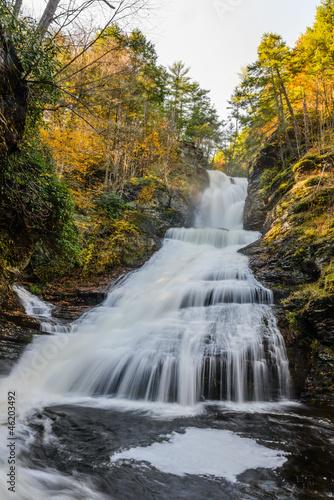 piekny-wodospad-w-lesie-jesien-krajobraz