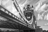 Sławny wierza most przy zmierzchem z chmurami, widzieć od Tower Lo - 46323013