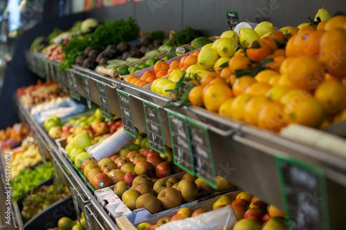 étalage de fruits et légumes au supermarché Canvas Print