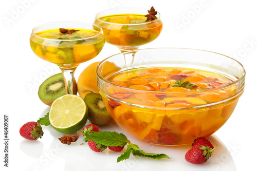 Fotografia punch in bowl and glasses with fruits, isolated on white