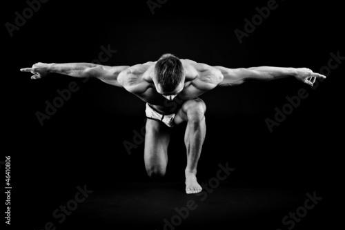 sportowy-mezczyzna-pozowac