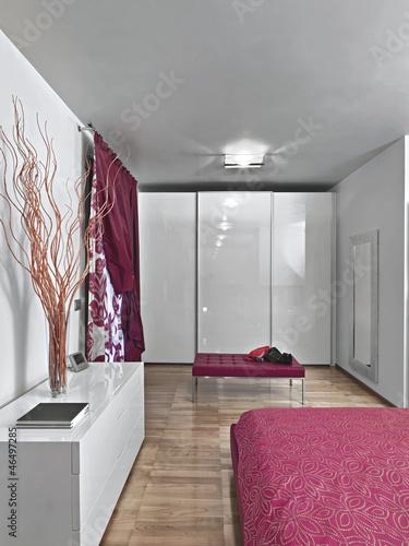 camera da letto moderna con mobili laccati di bianco ...