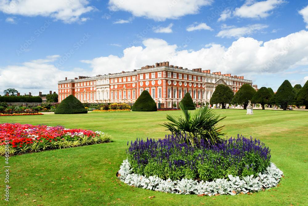Pałac Hampton Court w słoneczny dzień <span>plik: #46538611 | autor: omnesolum</span>