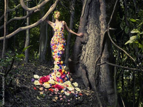 piekna-dama-w-sukni-z-kwiatami
