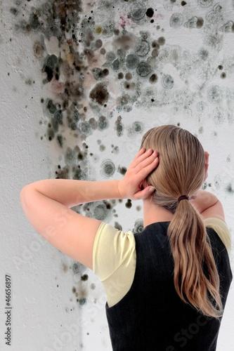 Fotografie, Obraz  Frau mit Schimmel und Händen an Ohren